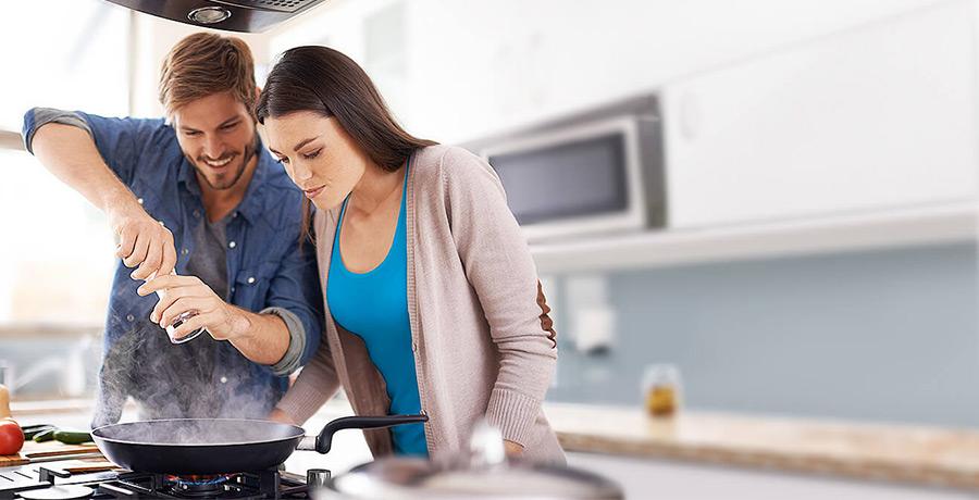 Mann und Frau kochen gemeinsam